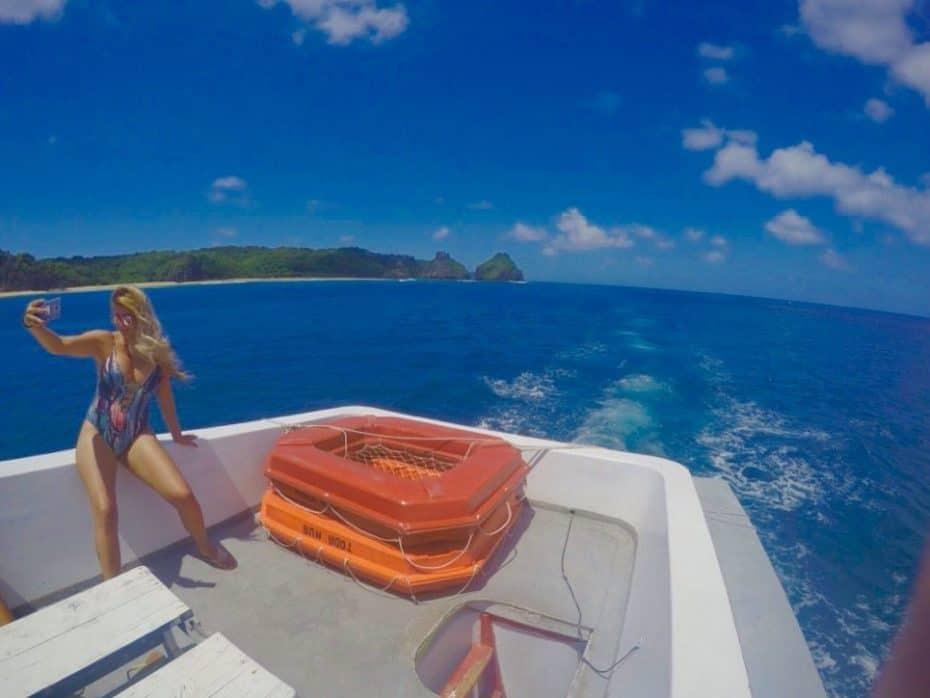 passeio de barco pelo mar de fora em Noronha
