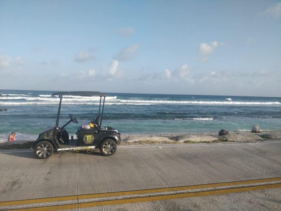 Mula estacionada na beira da praia em San Andres
