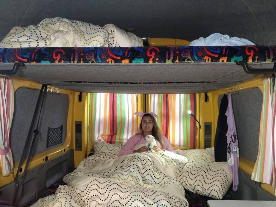 Dentro de uma campervan