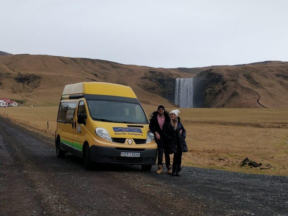 Campervan perto da cachoeira Skógafoss