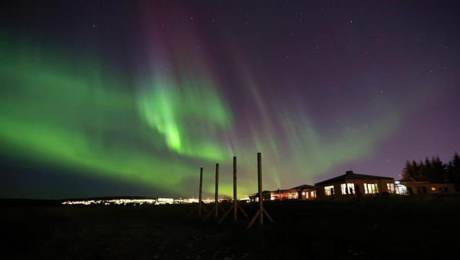 dormir vendo aurora boreal na Islândia.