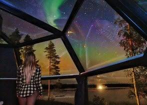 Aurora Boreal vista de dentro de um iglu de vidro na Finlandia